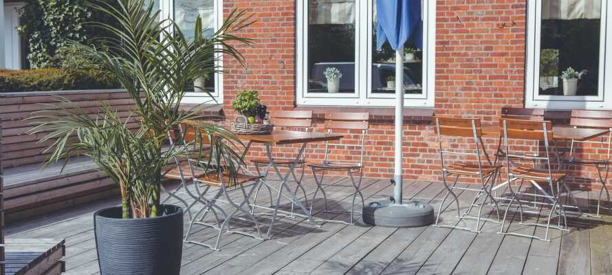 Under oppholdet har dere gratis tilgang til hotellets sauna, og kan slappe av med en forfriskning på den hyggelige terrassen.