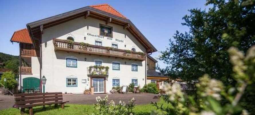 Das familiengeführte Hotel Am Riedl genießt eine malerische Lage in Koppl, etwas außerhalb von Salzburg.
