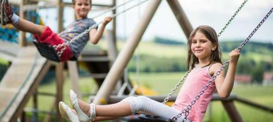 Hotellet er familievenlig og egner seg godt til en ferie med barn, med både lekerom inne og en utendørs lekeplass.
