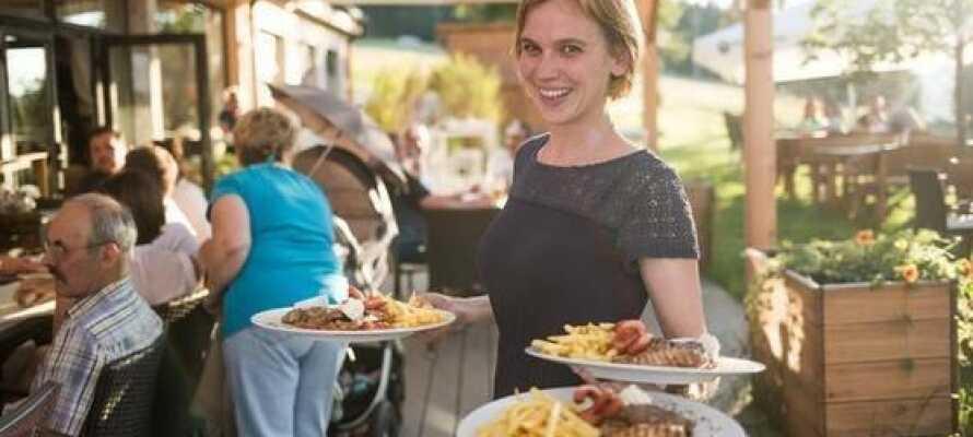 Hotellet har en egen restaurant som serverer både god frokost og tilbyr gode lunsj- og middagsretter