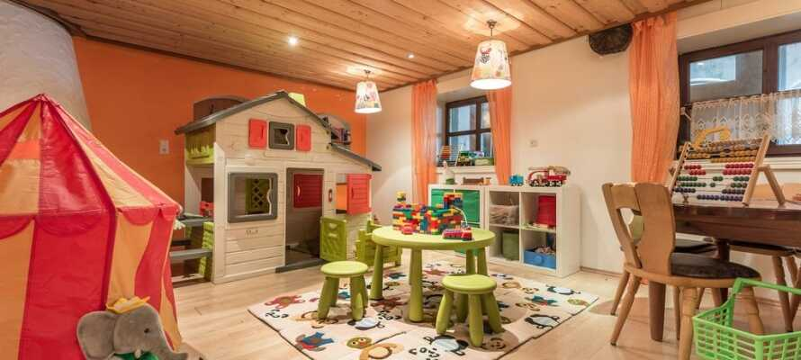 Neben dem Restaurant befindet sich ein Spielzimmer, in dem sich die Kinder vergnügen können.