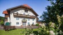 Dieses familiengeführte Hotel genießt eine malerische Lage in Koppl, etwas außerhalb von Salzburg.