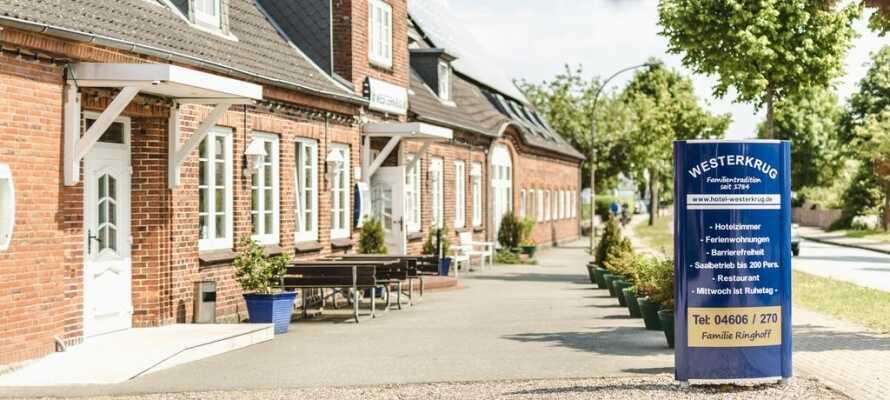 Hotellet er familiedrevet på 8. generation, og ligger centralt i den charmerende landsby, Wanderup.
