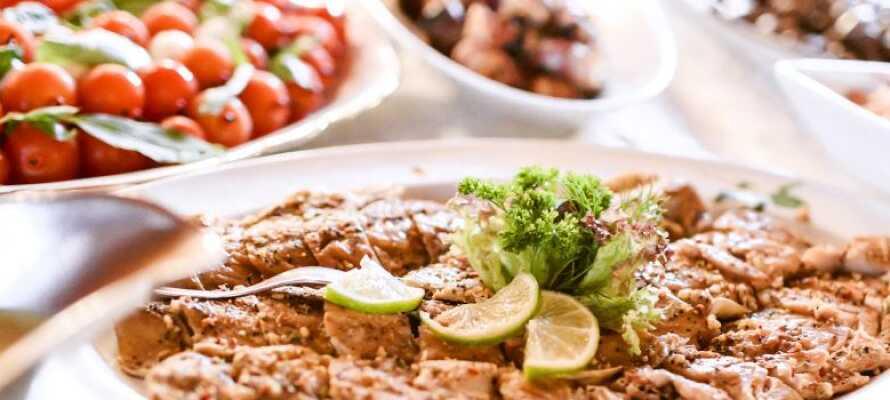 Kvällstid serveras mat från det traditionella regionala köket i Schleswig-Holstein
