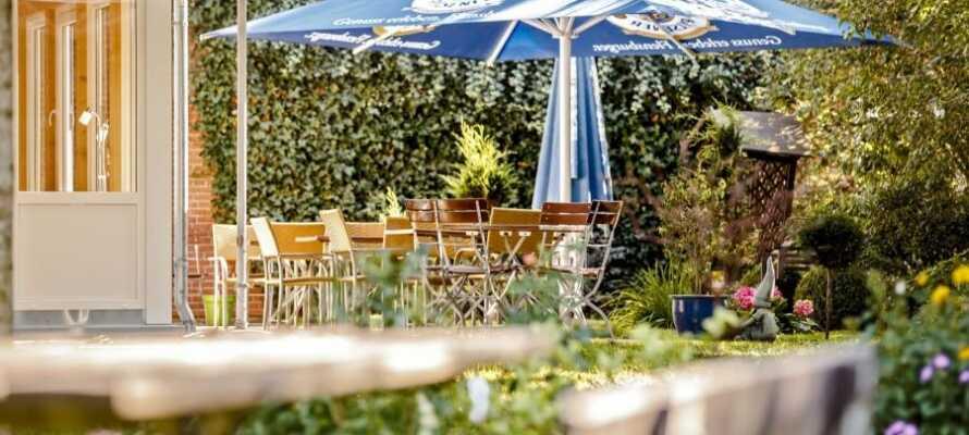 Entspannen Sie bei einem Drink im Wintergarten oder im gemütlichen Biergarten.