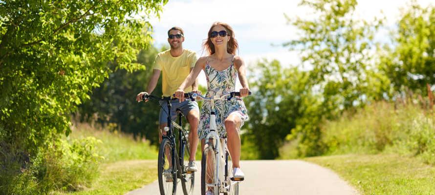 Här bor ni omgivna av vacker natur som bjuder in till härliga vandrings- och cykelturer