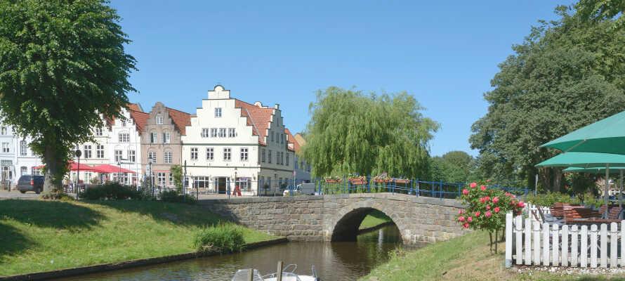 Besök den vackra staden Friedrichstadt, där ni hittar holländska hus, eller gör en utflykt till hamnstaden Husum