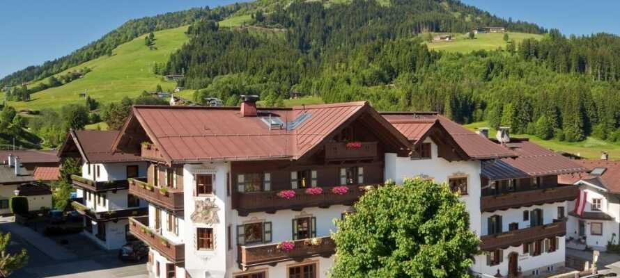 Hotel Kirchenwirt ligger i den lille alpelandsbyen Kirchberg, som ønsker dere velkommen til ekte tyrolsk stemning.
