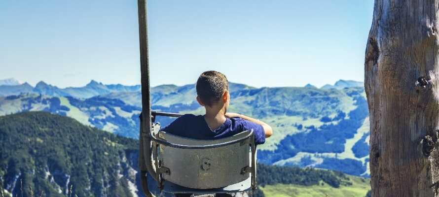 Under 10 km. fra hotellet finner dere Kitzbühel, som er et meget populært skisportssted og hvor sommeren kan tilbringes med vidunderlige gåturer i fjellene.