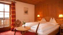 Exempel på ett av hotellets traditionellt inredda rum.