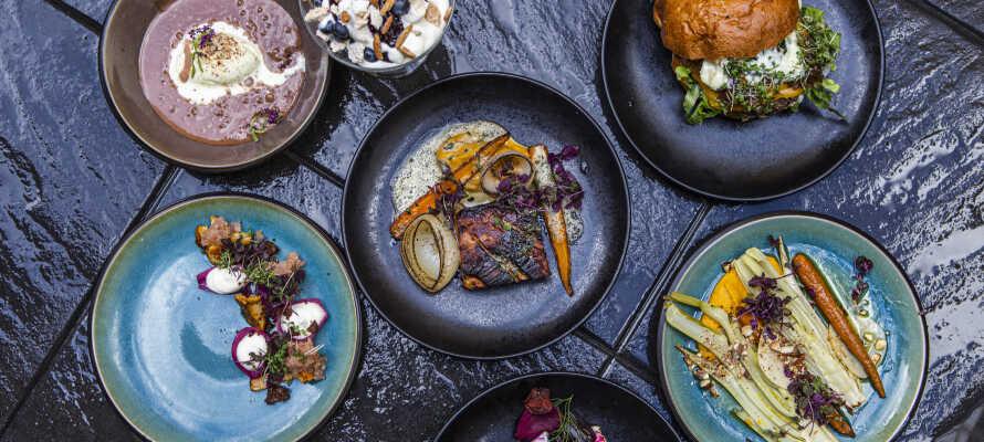 Nyt god mad under oppholdet i hotellets skjønne og livlige restaurant 'Den Glade Tallerken'.