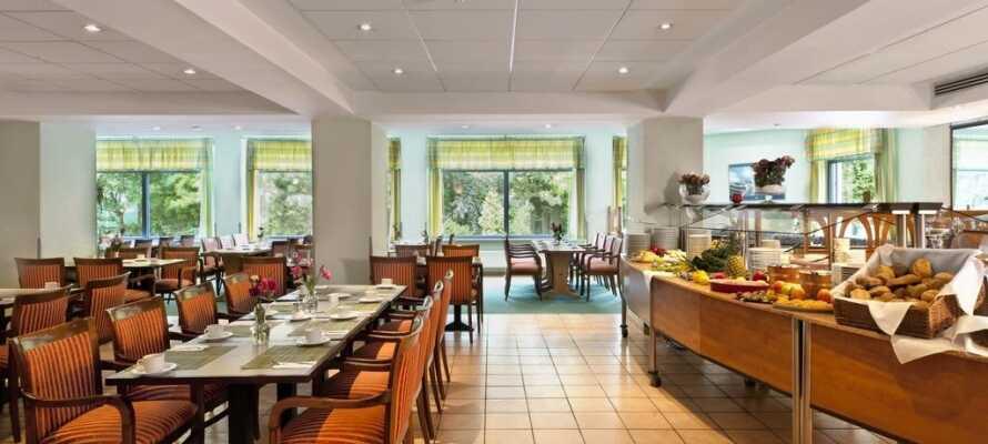 Stehen Sie für ein schönes Frühstück auf und genießen Sie abends internationale und regionale Spezialitäten im Restaurant.