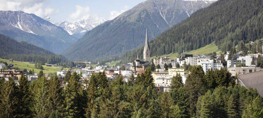 Genießen Sie die Top Lage des Hotels in den Bündner Bergen in der Schweiz - im Herzen des Geschehens.