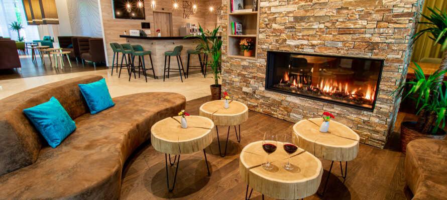 De moderne og stilfulde omgivelser i lobbyen indbyder til hygge og afslapning foran pejsen om aftenen.