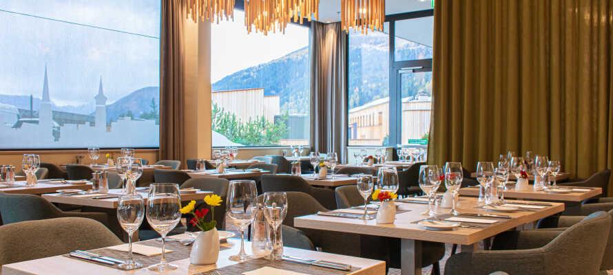 I hotellets flotte restaurant kan I nyde en dejlig middag og et godt glas vin i hinandens selskab.