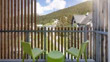 Alle værelser har egen balkon eller terrasse med udsigt mod de smukke bjerglandskaber