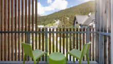 Alle Zimmer haben einen Balkon oder eine Terrasse mit Aussicht auf die schöne Bergwelt.