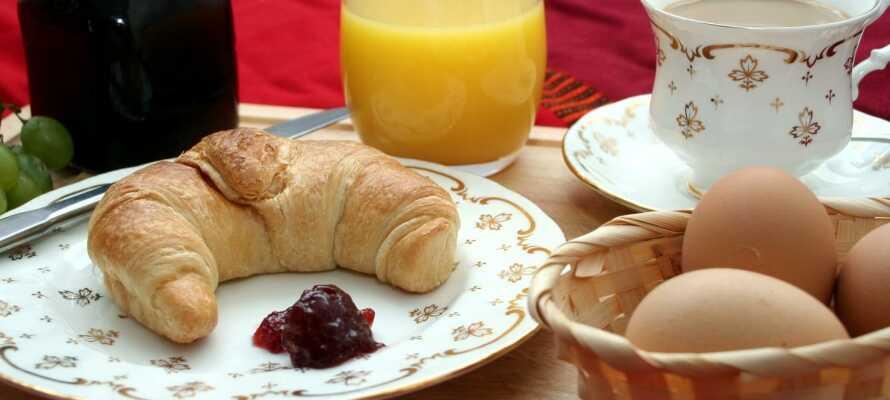 Start dagen med dejlig morgenmad, og nyd en lækker 3-retters middag i restauranten om aftenen.