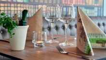 Start dagen med hotellets populære morgenbuffet, eller nyd de gode retter der servers i hotelrestauranten.