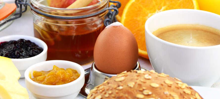 Im Hotell Rådmannen können Übernachtungsgäste den Tag mit einem köstlichen Frühstücksbuffet beginnen, das Omeletts, Pfannkuchen, Waffeln und Smoothies umfasst.