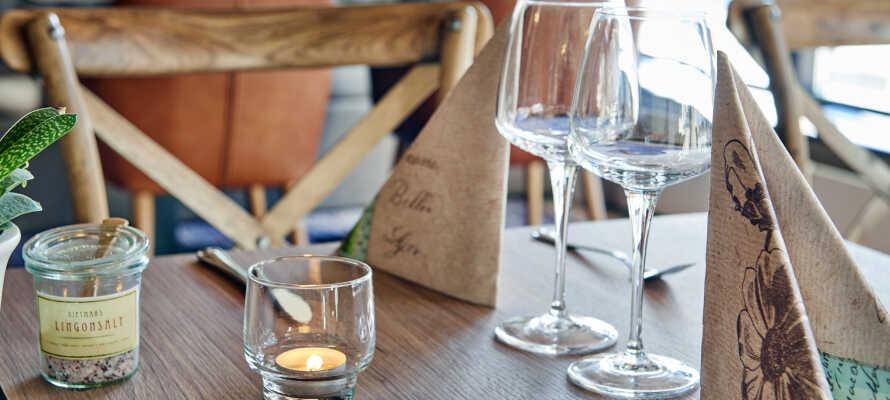 Das hoteleigene Abendbistro Maja Krog serviert große und kleine Gerichte und die Hotelbar serviert Erfrischungsetränke und köstliche Drinks.