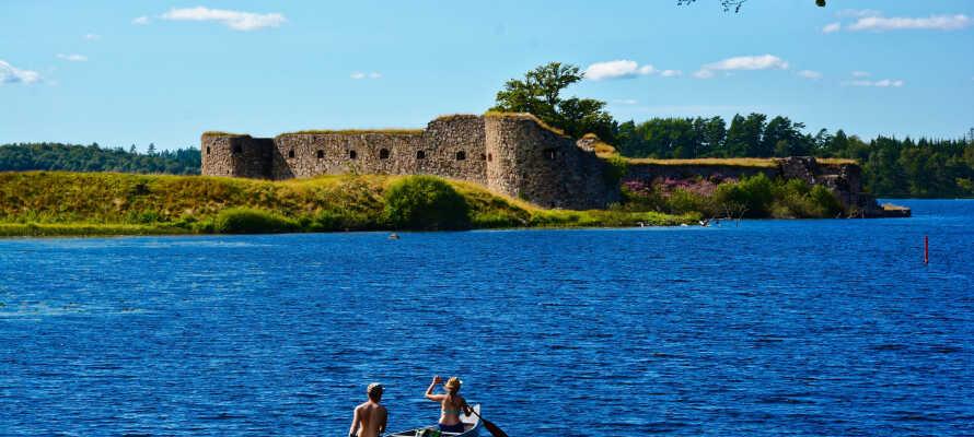 Genießen Sie die malerische Umgebung und besuchen Sie das Schloss Kronoberg, das wunderschön auf einer Insel in Helgasjön liegt.
