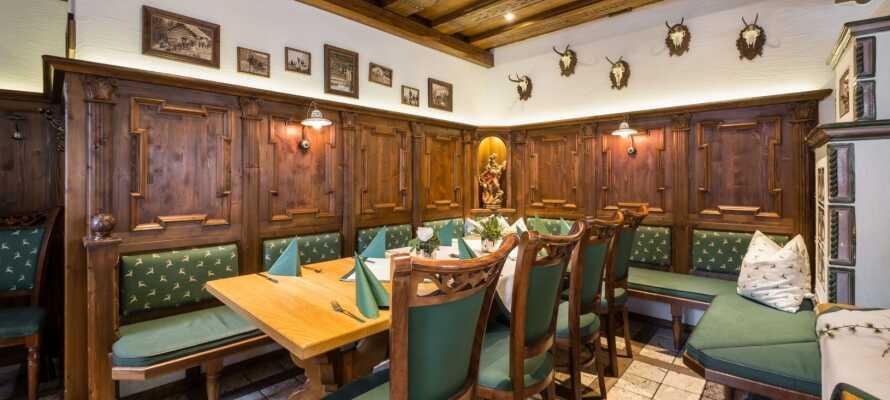 Avnjut god mat och dryck med regionala specialiteter i den trevliga restaurangen.