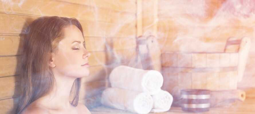 I hotellets spa-senter på taket kan du slappe av med badstue og dampbad.