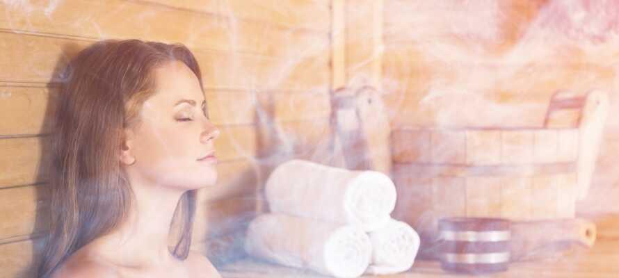 Högst upp i hotellbyggnaden finner ni en wellness-avdelning med bastu och ångbad.