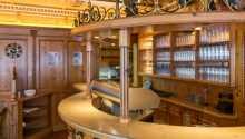 Efter en upplevelserik dag kan ni beställa en svalkande dryck i hotellets bar.