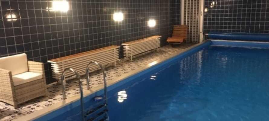 Hvis dere ønsker å lade opp til nye opplevelser, er hotellets innendørs svømmebasseng med badstue det perfekte stedet.