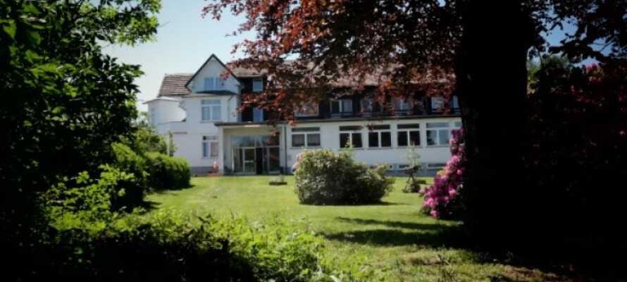 Hotellet ligger omgitt av en stor grønn hage som innbyr til ro, hygge og avslapping.