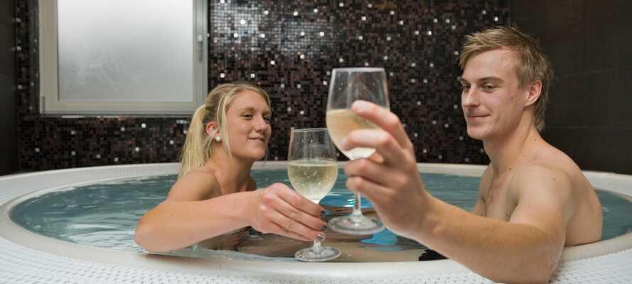 Sie haben freien Zugang zum kleinen, aber exklusiven Wellnessbereich des Hotels  mit Sauna und Whirlpool.