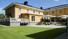 Hotellets store terrasse og velholdte have