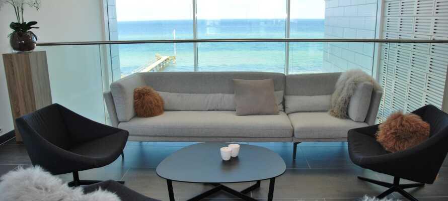 Hotellet er moderne innredet med lounge-område og restaurant