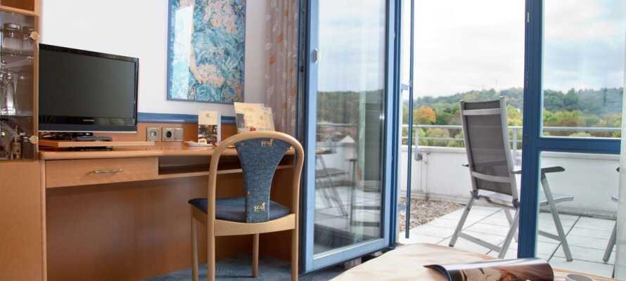 Die Zimmer verfügen entweder über einen Balkon oder eine Terrasse sowie ein Telefon, einen Safe und Kabel-TV.