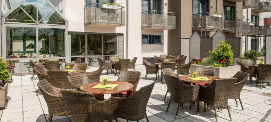 Matservering på hotellets solterrasse med utsyn over det frodige landskapet i Fuldatal