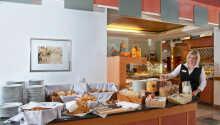 Das Hotel serviert ein abwechslungsreiches Frühstücksbuffet mit frisch gebrühtem Kaffee oder Tee.