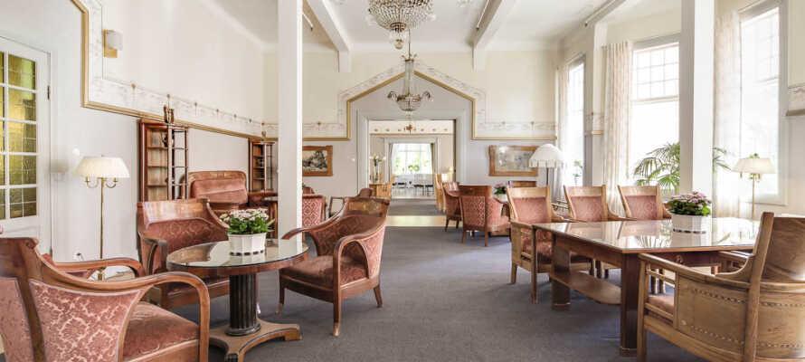 Oplev hotellets unikke salonmiljø med velbevaret interiør i Jugend-stil.