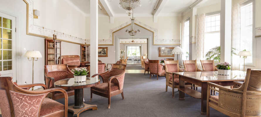Opplev hotellets unike salongmiljø med godt bevarte interiører i jugendstil.