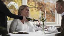 Nyt en hyggelig middag sammen i de koselige omgivelsene på restauranten.