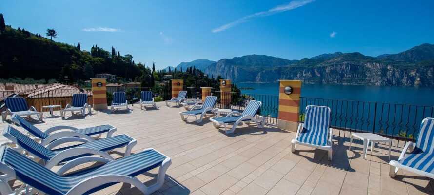 Hotellets store panoramaterrasse er et ideelt sted å nyte ferielivet og en herlig utsikt over Gardasjøen