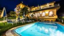 I bor tæt på Gardasøen og har adgang til udendørs swimmingpool direkte på hotellet