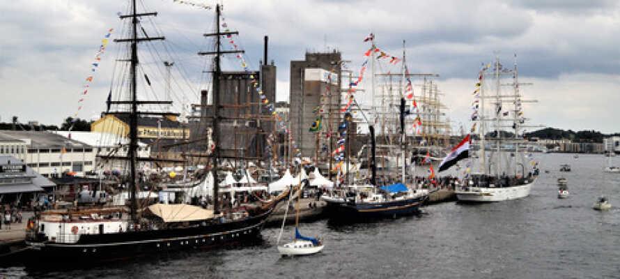 Limjorden er fyldt med overraskelser, her har et par flotte sejlskibe lagt til i havnen.