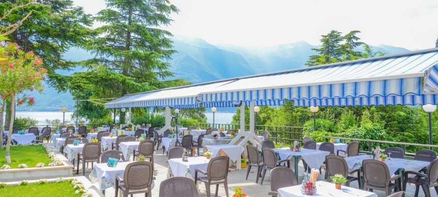 Nyt middelhavets gastronomi på hotellets terrasse. Det serveres både lokale og internasjonale retter på italiensk.
