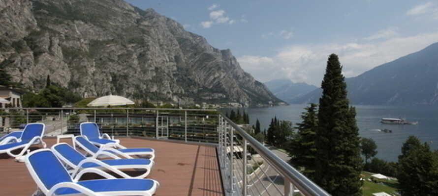 Fra hotellets takterrasse er det en flott utsikt og liggestolene er perfekte til å slappe av i.