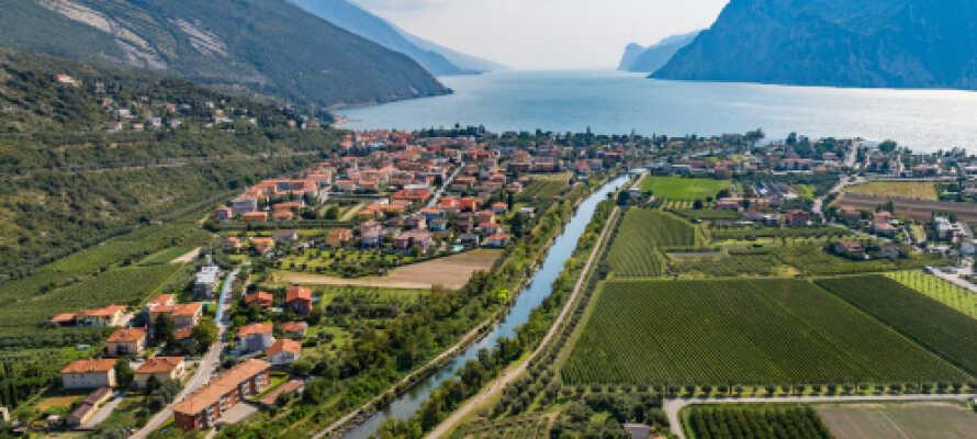 Torbole sul Garda ligger i dalen ved Baldofjellet og har en veldig vakker og sjarmerende havn.