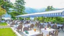 Terrassen i hotellets trädgård är en avkopplande plats där ni kan avnjuta er lunch eller middag.