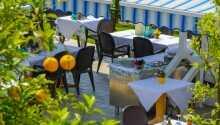 Ät en god middag på hotellets restaurang som serverar läckra fisk- och skaldjursrätter.