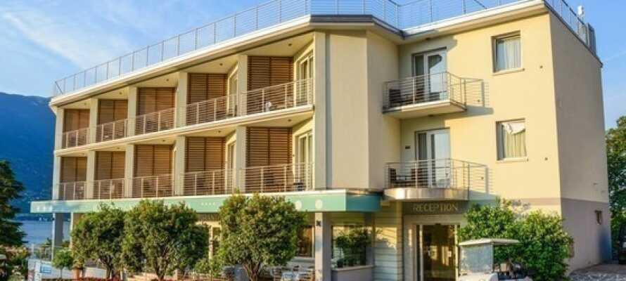 Alle Zimmer haben einen eigenen Balkon und vom Hotel aus haben Sie einen herrlichen Blick auf den Gardasee.